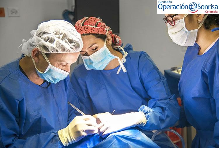 El director médico de Operación Sonrisa Colombia, el Dr. Mauricio Herrera, realiza la cirugía del labio fisurado de Luciana con el apoyo de un equipo de diferentes especialistas.