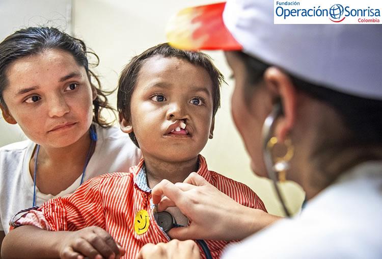 Pedro recibiendo la valoración inicial para su cirugía por una de nuestras voluntarias de Operación Sonrisa Colombia. Foto: Rohanna Mertens.