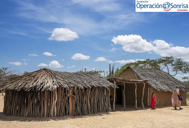 Lexxi y Elba caminan por la comunidad cerca de Uribia, ubicada en el departamento de La Guajira. Foto: Rohanna Mertens.