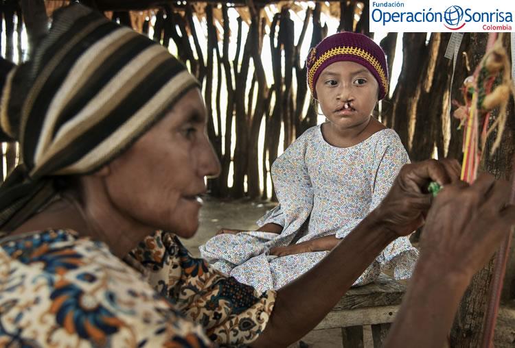 Elba se dedica a tejer y vender las tradicionales mochilas Wayuú, es así como sostiene a su familia. Foto: Rohanna Mertens.