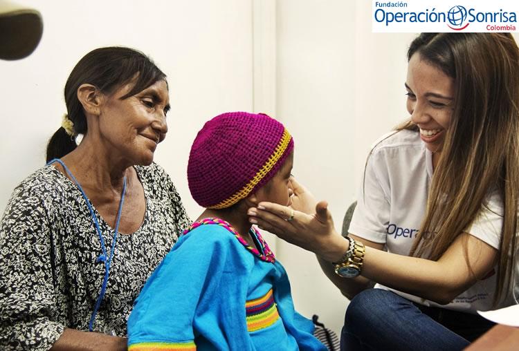 Lexxi recibe una consulta por parte de una de las voluntarias de Operación Sonrisa Colombia, como parte de su evaluación integral de salud durante la misión médica que se realizó en Riohacha. Foto: Rohanna Mertens.